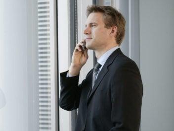 Mann telefoniert mit Handy