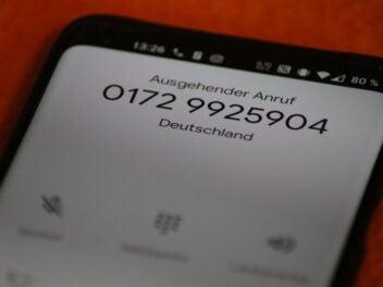 Eine Handynummer auf einem Display. Sie wird als abgehender Anruf signalisiert.