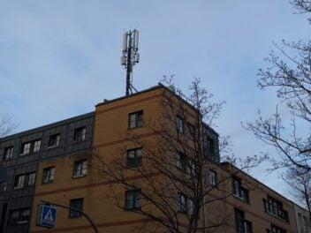 Ein Mobilfunk-Sendemast der Telekom mit 5G