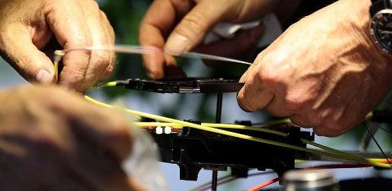 Ein Kupferkabel der Deutschen Telekom wird repariert.