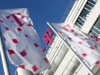 Telekom Fahnen und Telekom T an Konzernzentrale