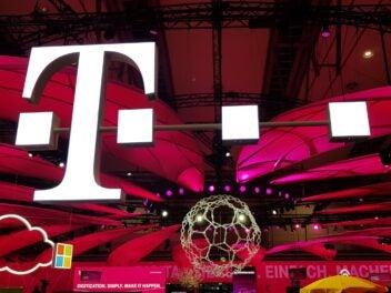 Das Logo der Telekom auf einem Messestand