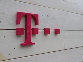 Telekom-Logo auf einer Holzwand