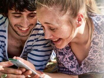 Glückliches Pärchen am Smartphone