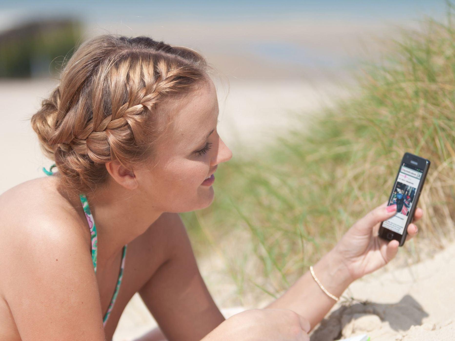 Eine Frau am Strand mit einem Handy