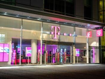 Telekom-Shop in der Nacht