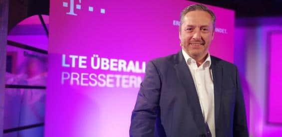 Walter Goldenits drückt den Start-Button für LTE 900 von der Telekom