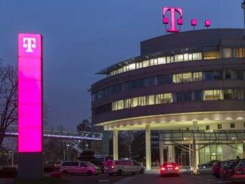 Die Zentrale der Deutschen Telekom bei Nacht