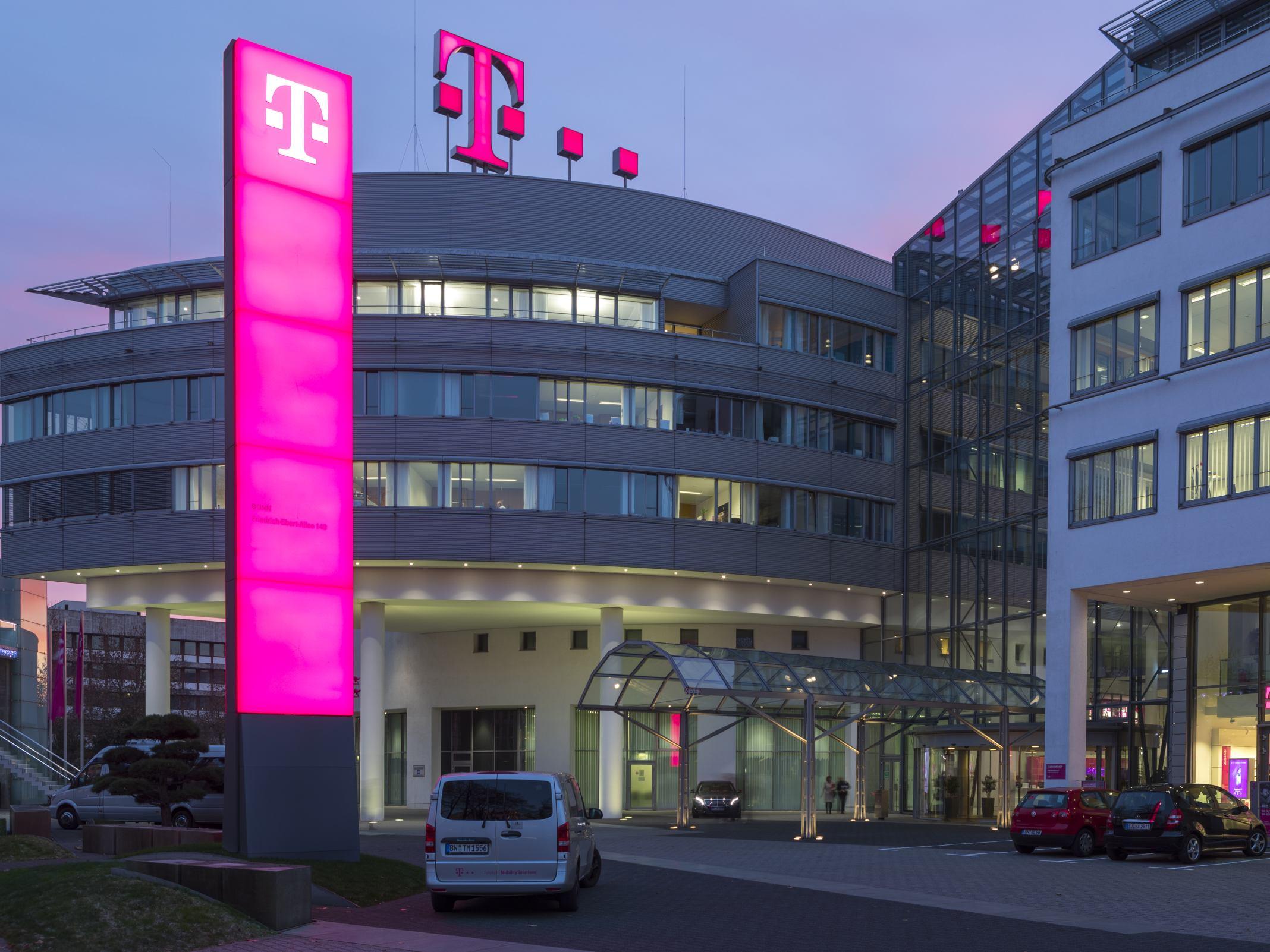 Die Zentrale der Telekom bei Nacht