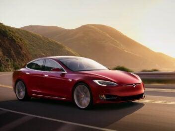 Tesla Model S auf einer Landstraße