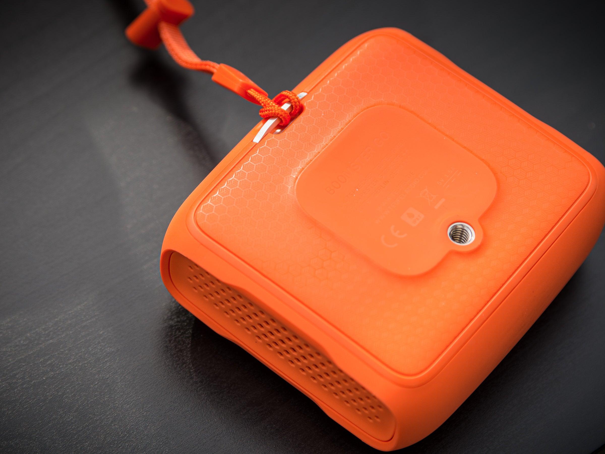 Das 1/4-Zoll-Gewinde auf der Rückseite macht den Lautsprecher flexibel einsetzbar