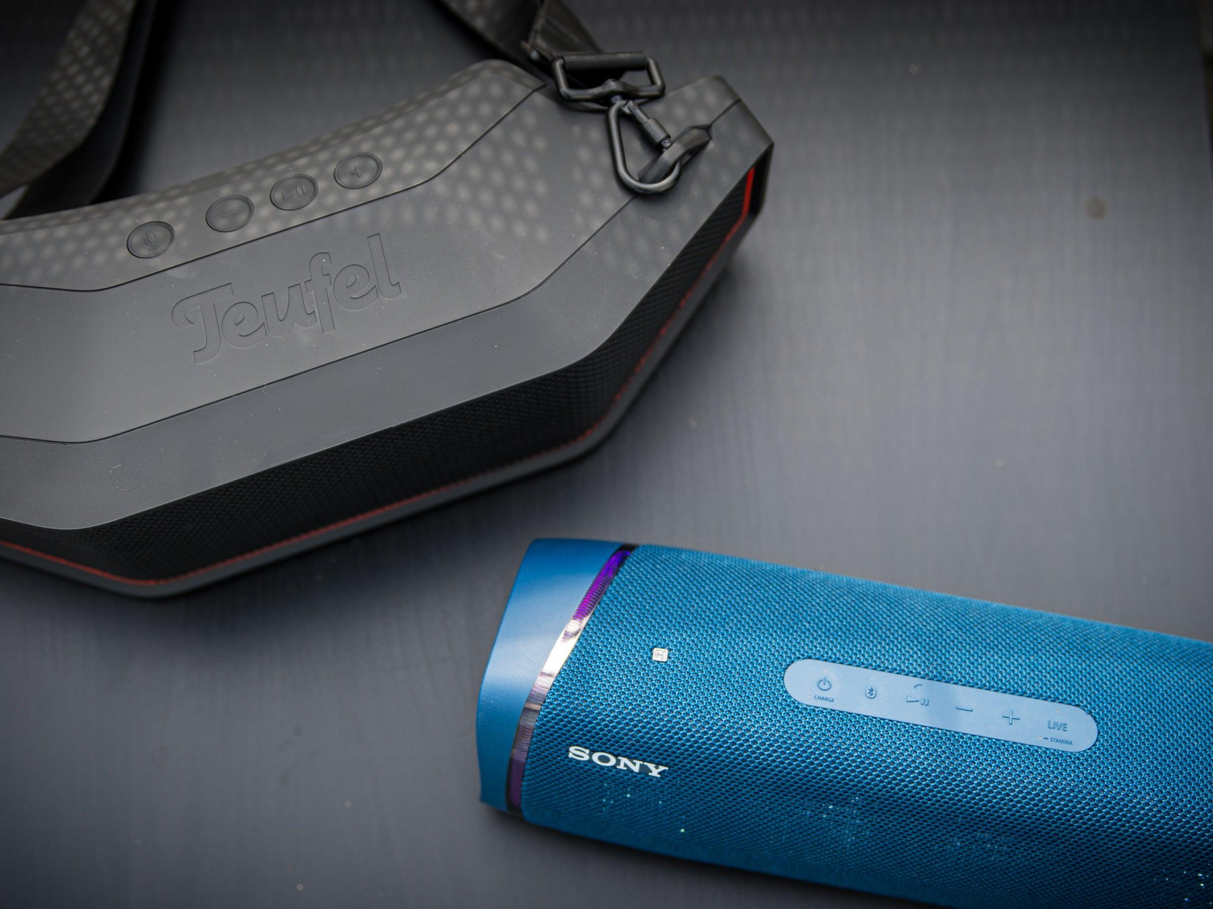 Der Sony SRS-XB43 klingt zwar wärmer als der Teufel Rockster Cross, ist aber insgesamt leiser.