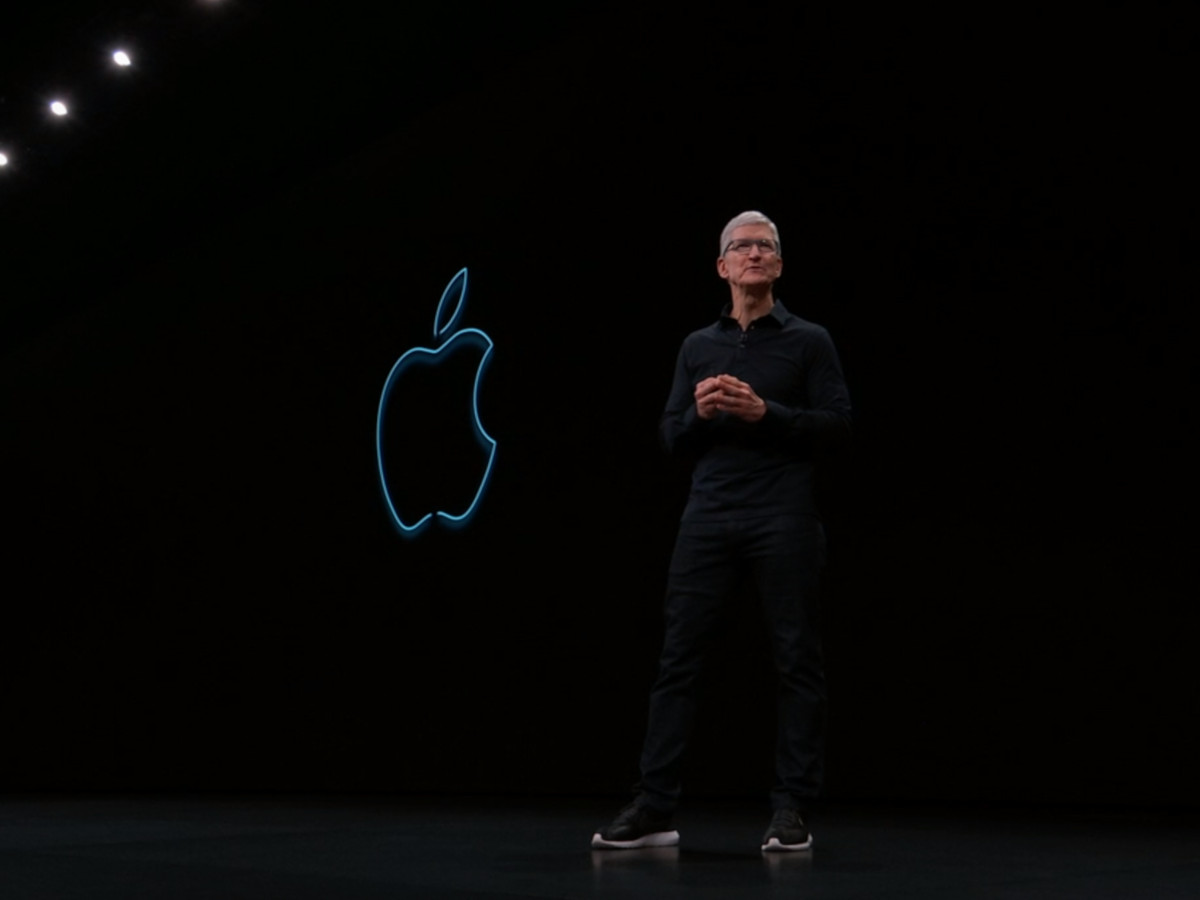 Tim Cook neben dem Apple-Lohgo