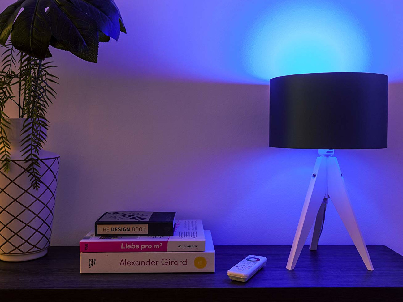 tint Smart-Home-Lampe leuchtet Blau