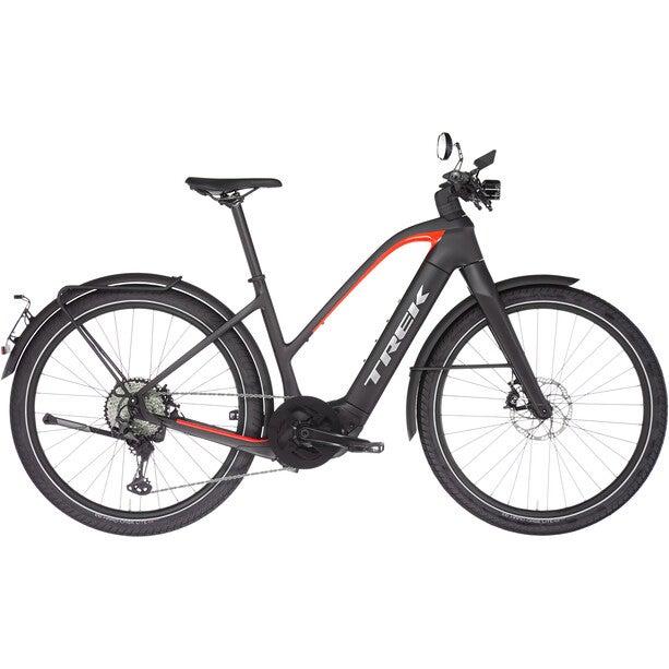 Trek Allant+ 9.9S Stagger E-Bike vor weißem Hintergrund.