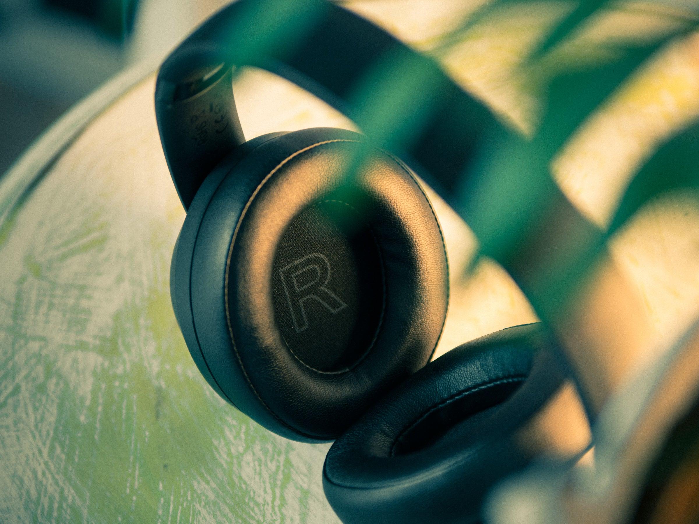 Die Verarbeitungsqualität der Kopfhörer ist gut, der Bügel drückt jedoch zu sehr