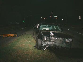 Unfallauto im Dunklen