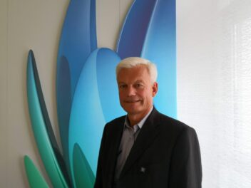 Unitymedia-CTO Dieter Vorbeck steht vor dem Unitymedia-Logo