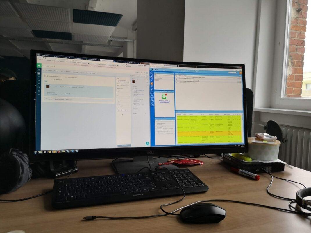 Blick auf den Rechner eines Unitymedia-Kundenservice-Mitarbeiters: Links der Kundenkontakt, rechts die internen Tools