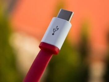 USB-C-Stecker mit rotem Kabel.