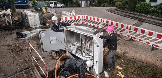 Bauarbeiter errichten einen Kabelverzweiger für VDSL