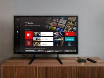 Giga TV von Vodafone: Ein TV-Gerät steht auf einem Sideboard
