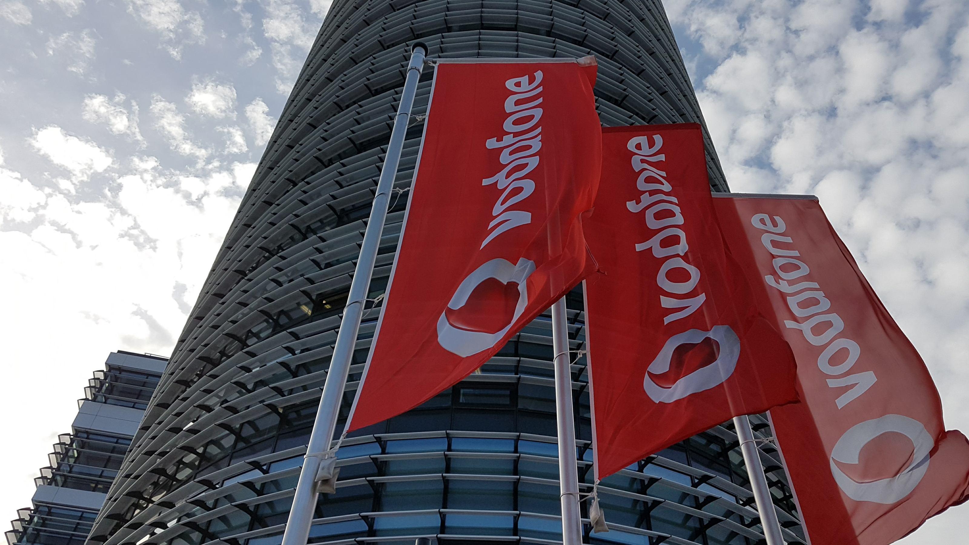 Flaggen mit dem Vodafone-Logo wehen vor der Konzernzentrale in Düsseldorf
