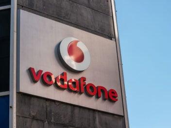 Vodafone Logo und Schriftzug an einer Hauswand
