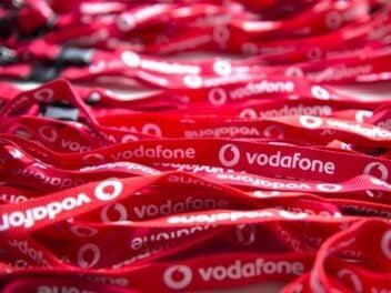 Zahlreiche rote Schlüsselbänder mit Vodafone-Logo