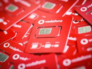 Viele Vodafone SIM-Karten auf einem Haufen.