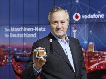 Hannes Ametsreiter zeigt Sensoren für das Maschinen-Netz