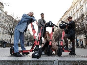 Mehrere Jugendliche mit E-Scootern von Voi