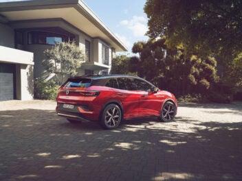 Volkswagen ID.4 GTX steht vor einem Haus.