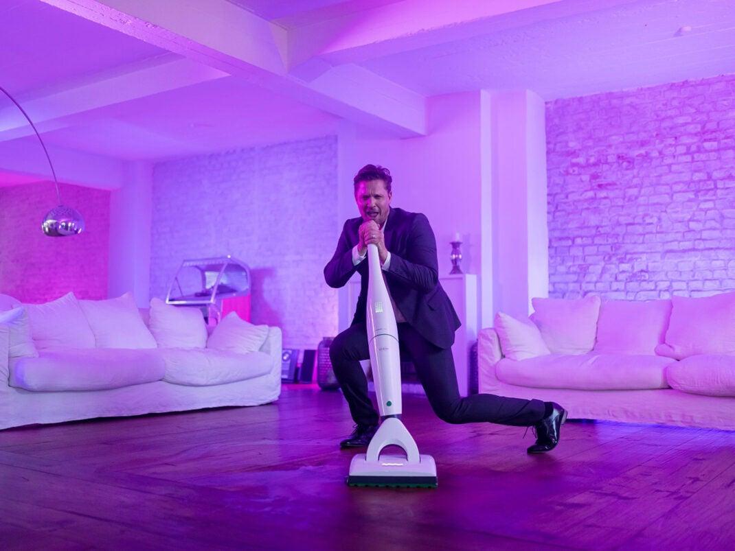 Vorwerk Saugwischer im Wohnzimmer als Dancefloor