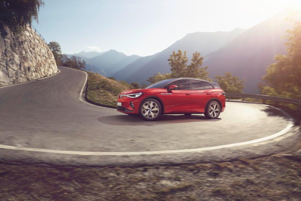 Volkswagen ID.4 GTX fährt in die Kurve einer Bergstraße ein.