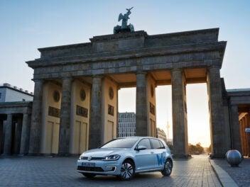 VW E-Golf von We Share vor Brandenburger Tor