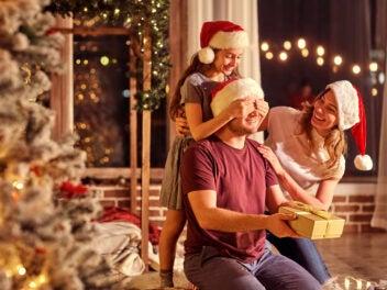 Eine Familie erfreut sich an Weihnachts-Geschenken
