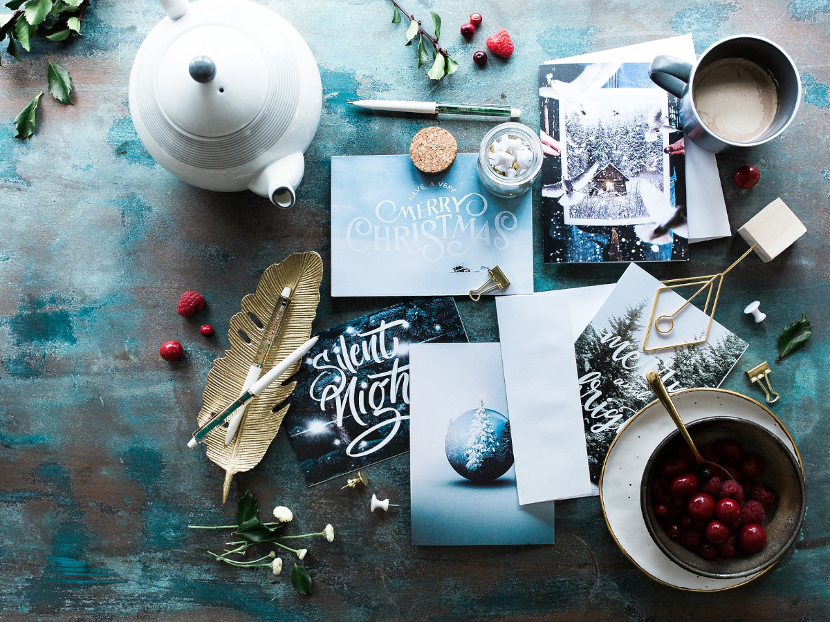 Weihnachtskarten mit einer Teekanne auf einem Tisch