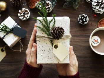 Weihnachtsgeschenk in den Händen