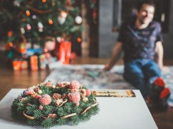 Weihnachtskranz auf einem Tisch