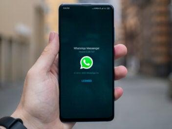 WhatsApp auf einem Smartphone geöffnet