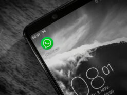 WhatsApp App-Icon auf dem Smartphone-Homescreen