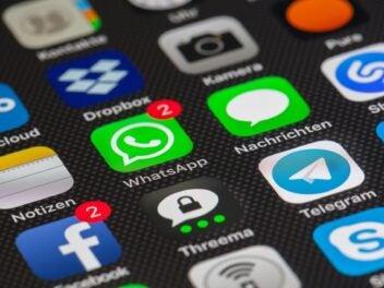 Zahlreiche Homescreen-Icons auf einem Smartphone - unter anderem WhatsApp, Facebook und Threema.