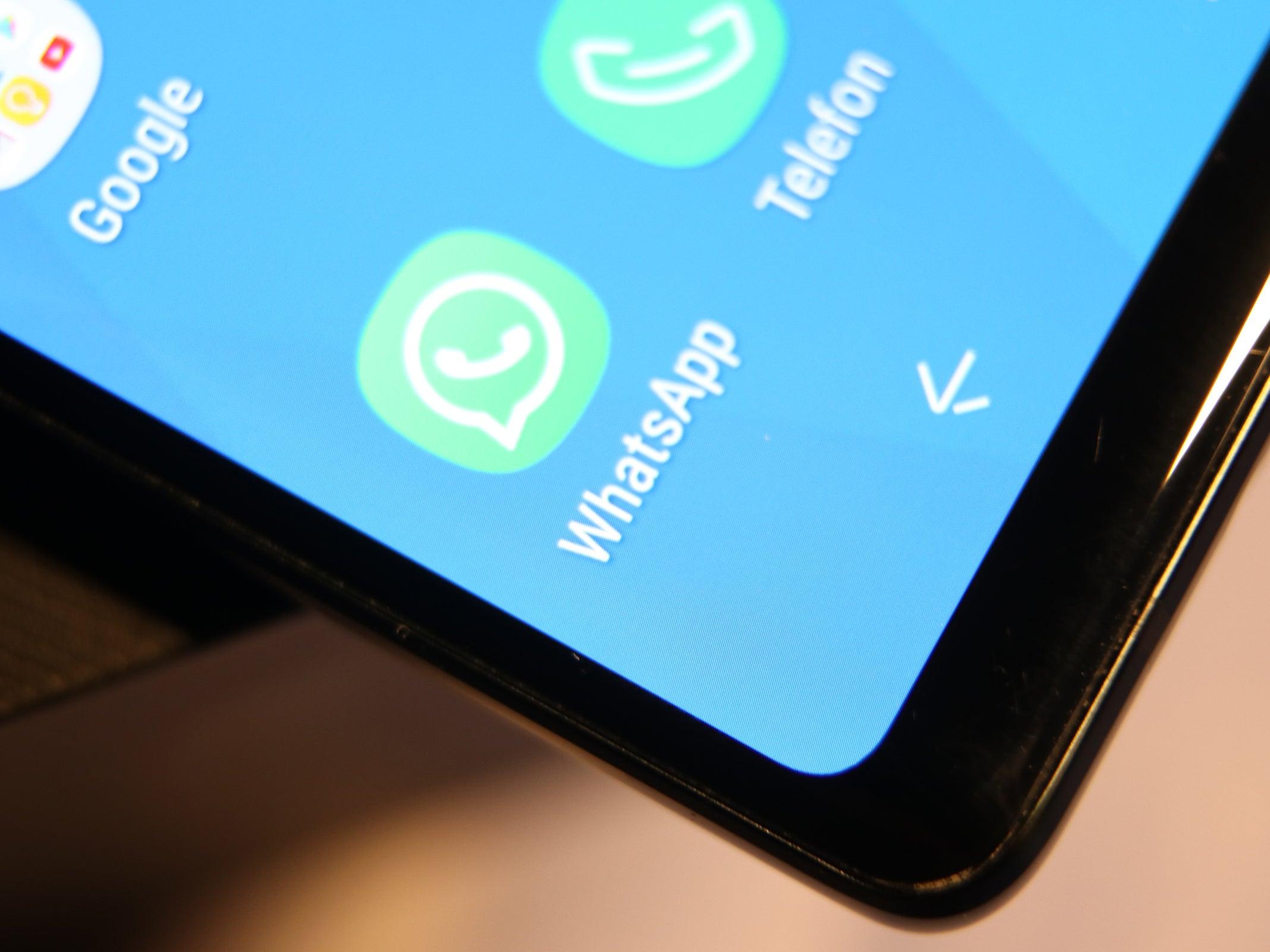 Das WhatsApp-Icon auf einem Handy-Display