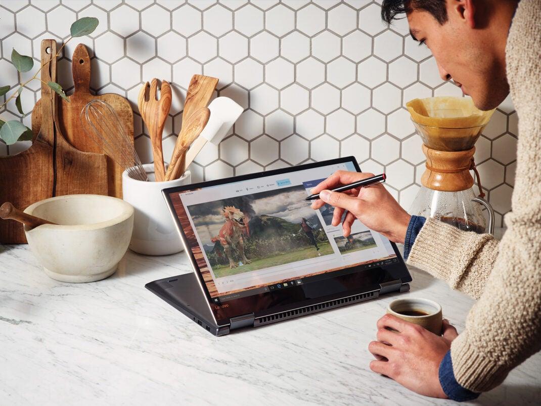 Mann Arbeitet in der Küche mit einem Stift auf einem Windows-10-Convertible