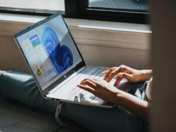 Person benutzt ein Notebook mit Windows 11