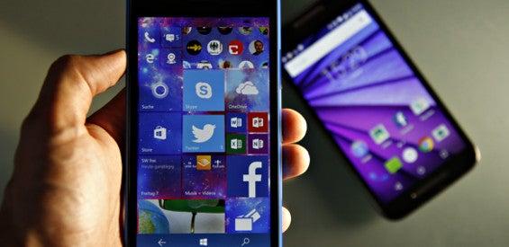 Windows Phone 10 Mobile auf dem Lumia 640 und dahinter das Motorola Moto G 2015