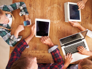 Menschen mit Handy, Tablet und Notebook surfen im Internet