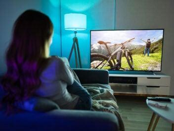 Fernseher in einem Wohnzimmer mit Beleuchtung