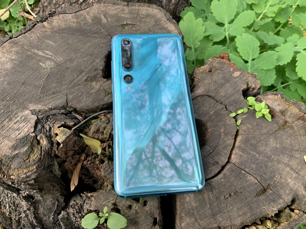 Die glänzende Rückseite des Xiaomi Mi 10